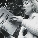 Une jeune femme chante la Messe de Schubert lors de la 1ère Schubertiade, à Champvent (VD), en 1978.